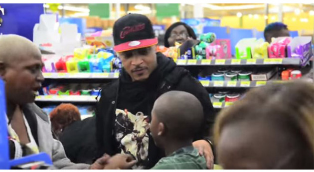 T.I. Surprises Walmart Shoppers By Paying For Their Gifts! (VIDEOS ...